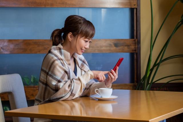 スマホでネットショッピングする女性