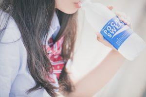 ポカリを飲む女子高生